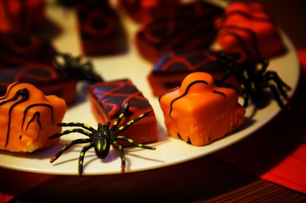 Halloween cakes and toy spiders